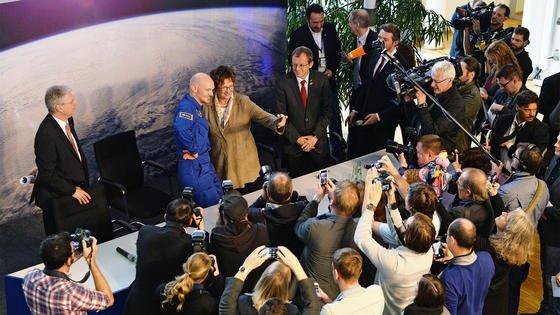 Großer Medienandrang im Astronautenzentrum Köln: Astronaut Alexander Gerst berichtete von seinem halbjährigen Aufenthalt auf der ISS. Rechts im Bild StaatssekretärinBrigitte Zypries und DLR-ChefProf. Johann-Dietrich Wörner, linksThomas Reiter, Astronaut undESA-Direktor für Bemannte Raumfahrt und Missionen.