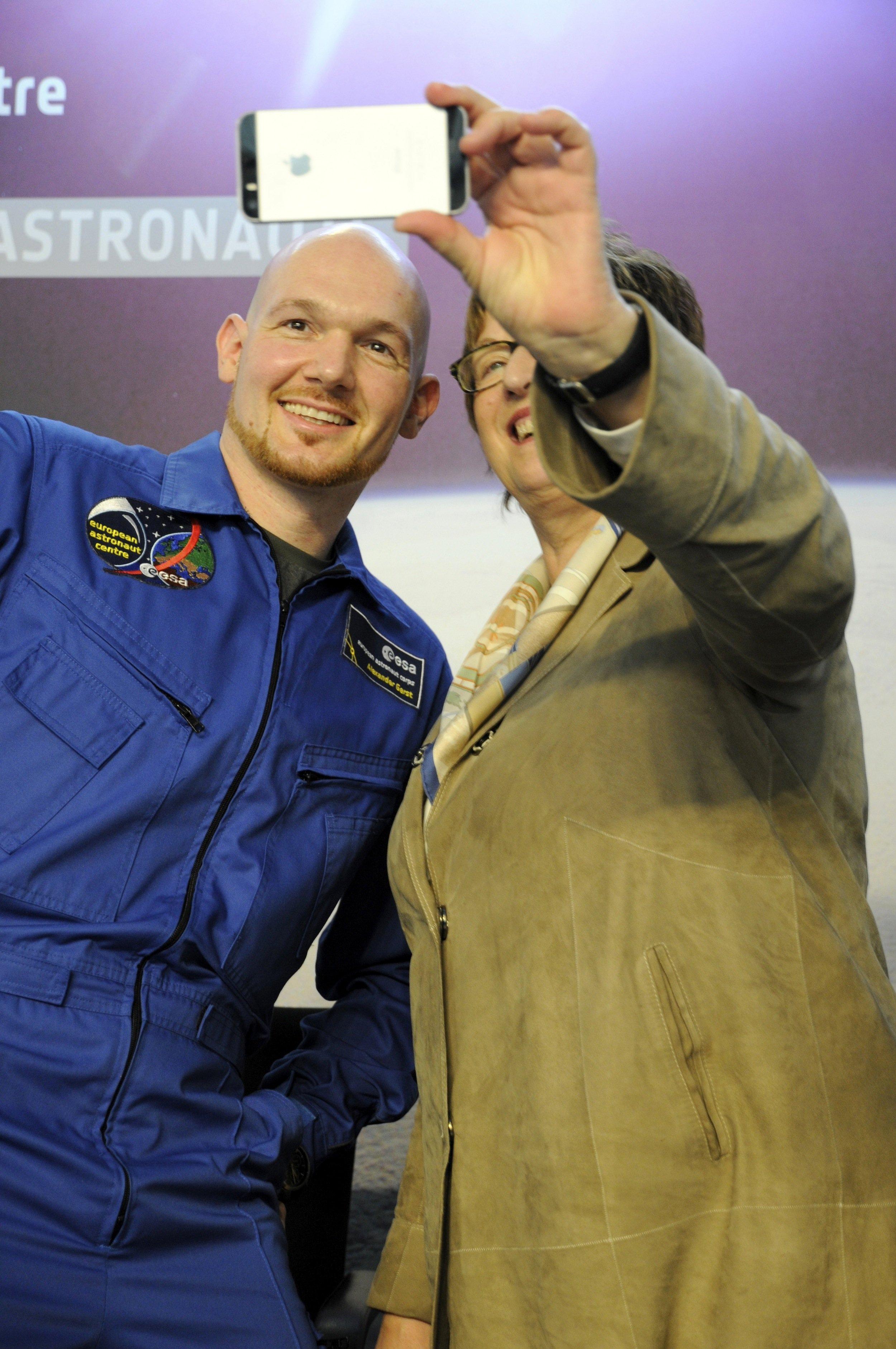 Selfie von Astronaut Alexander Gerst und Staatssekretärin Brigitte Zypries.