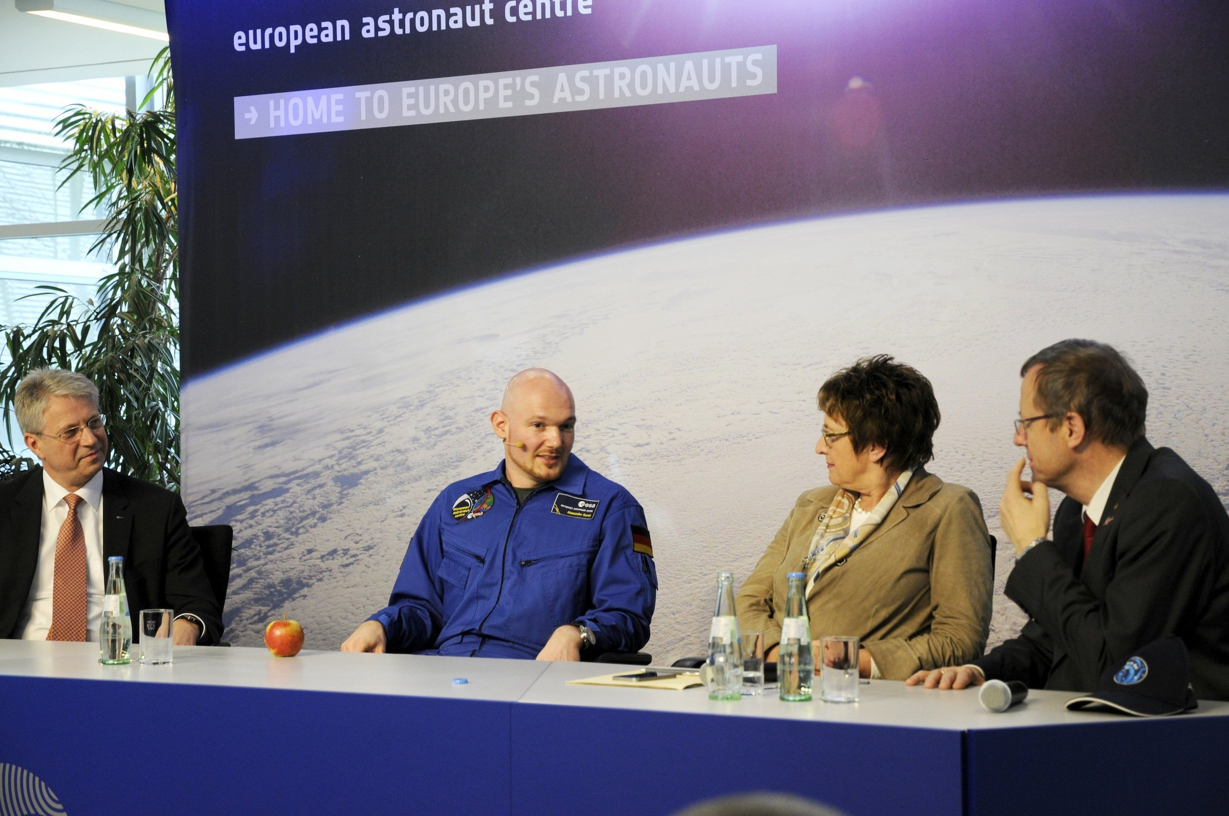 Souverän berichtete Astronaut Alexander Gerst von seiner Arbeit auf der ISS und den Gefühlen, die der Blick auf die Erde auslöst. Staatssekretärin Brigitte Zypries hatte Gerst zur Stärkung einen Apfel mitgebracht.