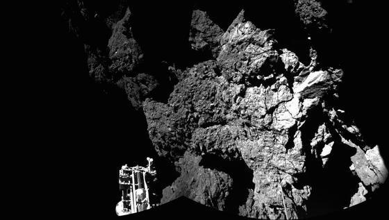 Ein Bein hängt in der Luft: Das erste Panoramafoto von Philae auf dem Kometen 67P/Tschurjumow-Gerassimenko (Tschuri). Das Minilabor ist umgeben von großen Gesteinsblöcken und steht schief. Außerdem bekommt der Lander nur wenig Licht ab – ein Problem für die Stromversorgung mit Solarzellen. Der Komet Tschuri ist nur etwa vier Kilometer lang. Entsprechend gering ist seine Anziehungskraft, was die Landung erschwerte.
