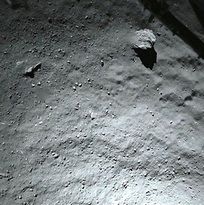 In 40 Metern Höhe über der vorgesehenen Landeregion Agilikanahm Philae dieses Foto auf.Es zeigt eine mit Staub und Geröll bedeckte Kometenoberfläche. Der große Block in der oberen rechten Ecke des Bildes hat einen Durchmesser von fünf Metern. Leider prallte die Sonde nach der ersten Berührung gleich wieder ab und schwebte weiter.