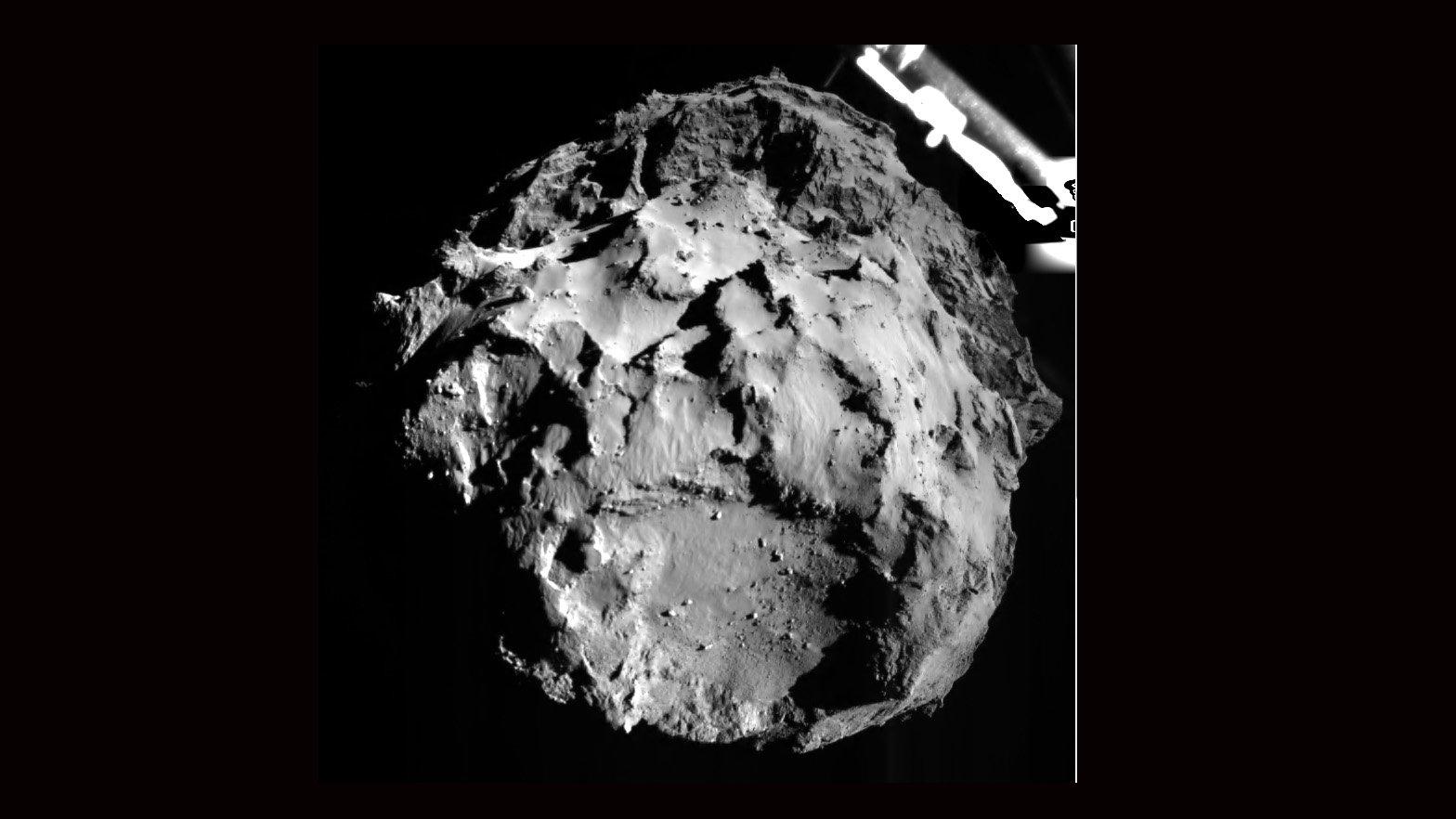 Tschuri aus drei Kilometern Entfernung: Dieses Bild wurde vom ROLIS-Instrument an Bord von Philae am 12. November 2014 um 15:38:41 Uhr (MEZ) gemacht, als Philae sich dem Kometen zur Landung näherte.