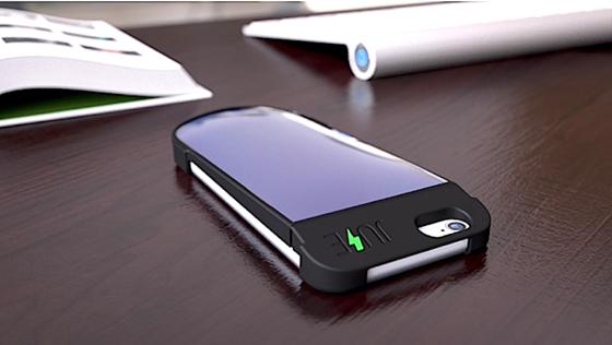 Die Acryl-Ladehülle speichert die Sonnenenergie in einer 1550-mAh-Nanobatterie. Sobald der Smartphoneakku Energiebedarf hat, kann er sich bedienen.