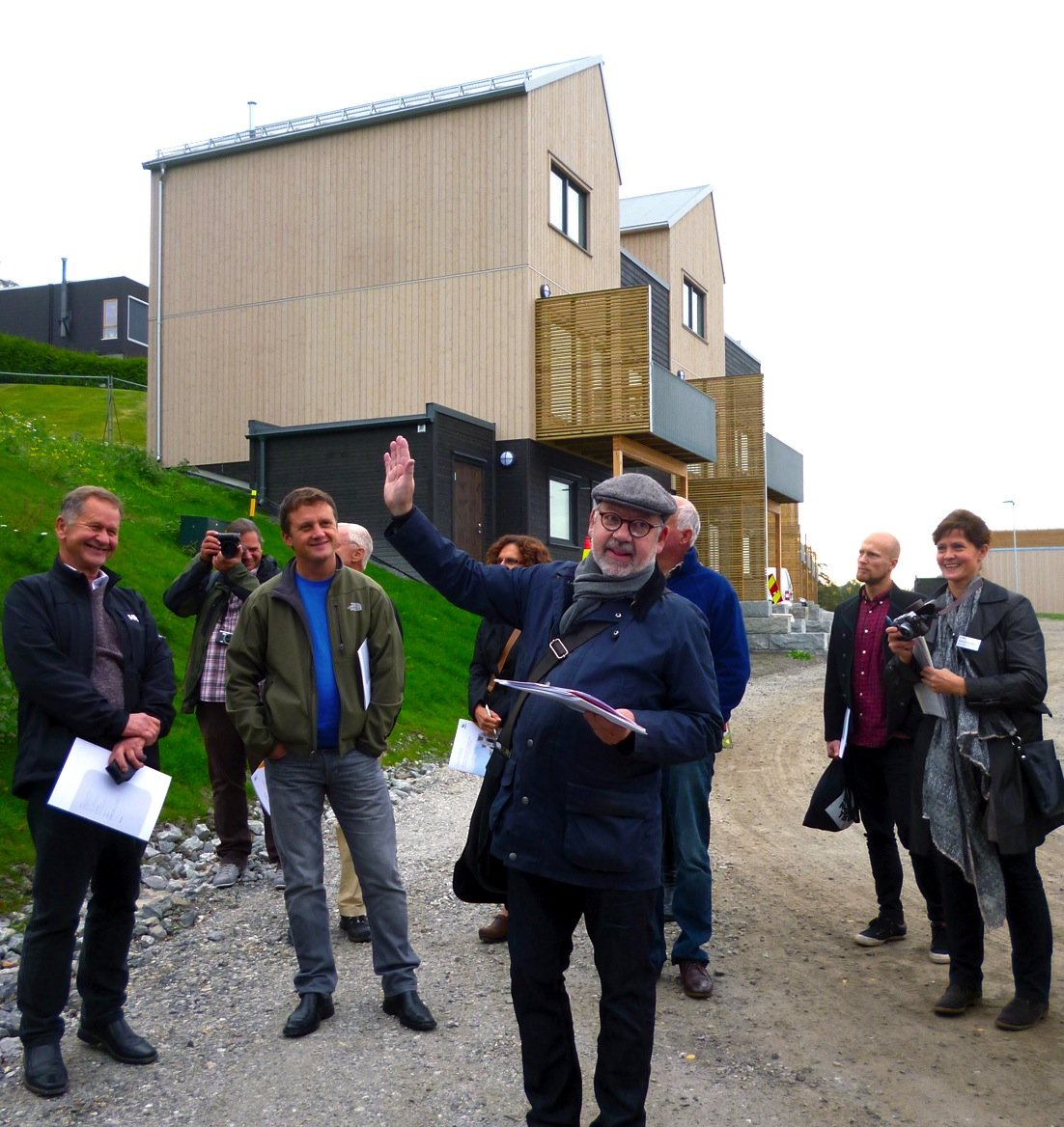 Präsentation der Reihenhaussiedlung Stenbråtlia durch den Architekten Hans Dahl (Mitte) sowie durch Prof. John Rekstad, Geschäftsführer der Firma Aventa (links außen) und Aventa-Entwicklungsingenieurin Dr. Michaela Meir (rechts außen).