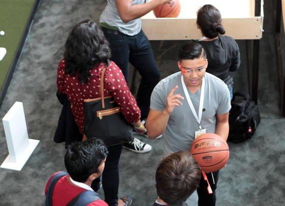 Ein Google-Mitarbeiter erklärt bei der Entwicklerkonferenz Google I/O am 25. Juni 2014 in San Francisco eine App für die Datenbrille Google Glass, die einen Wurf beim Basketball analysieren kann.