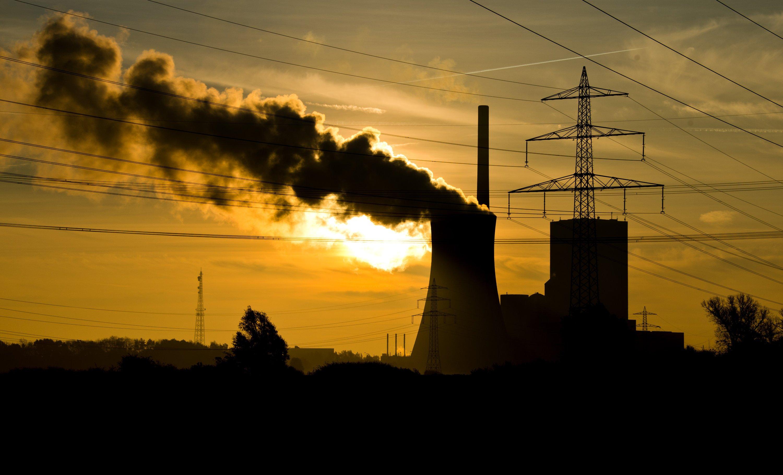 Sonnenaufgang über dem Kohlekraftwerk Mehrum zwischen Hannover und Braunschweig:Der Schlüssel zum Erreichen des deutschen Klimaschutzziels ist laut Umweltschutzorganisation WWF die Reduktion des Kohlestroms. Einen gleichzeitigen Atom- und Kohleausstieg hält Bundesumweltminister Gabriel aber für unrealistisch.