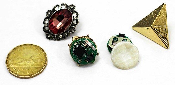 Kleiner als ein Dollar-Stück: Mit ein bisschen Fingerspitzengefühl kann aus jedem Ohrring ein Ear-O-Smart werden.