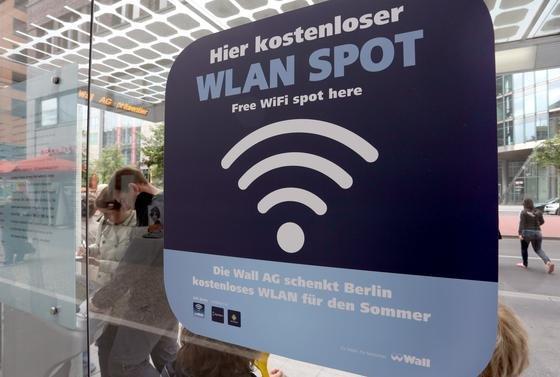 Kostenloser Hotspot der Wall AG am Potsdamer Platz in Berlin: Das Karlsruher Institut für Technologie hat vorgeschlagen, freiwerdende TV-Frequenzen für das mobile Internet zu nutzen.