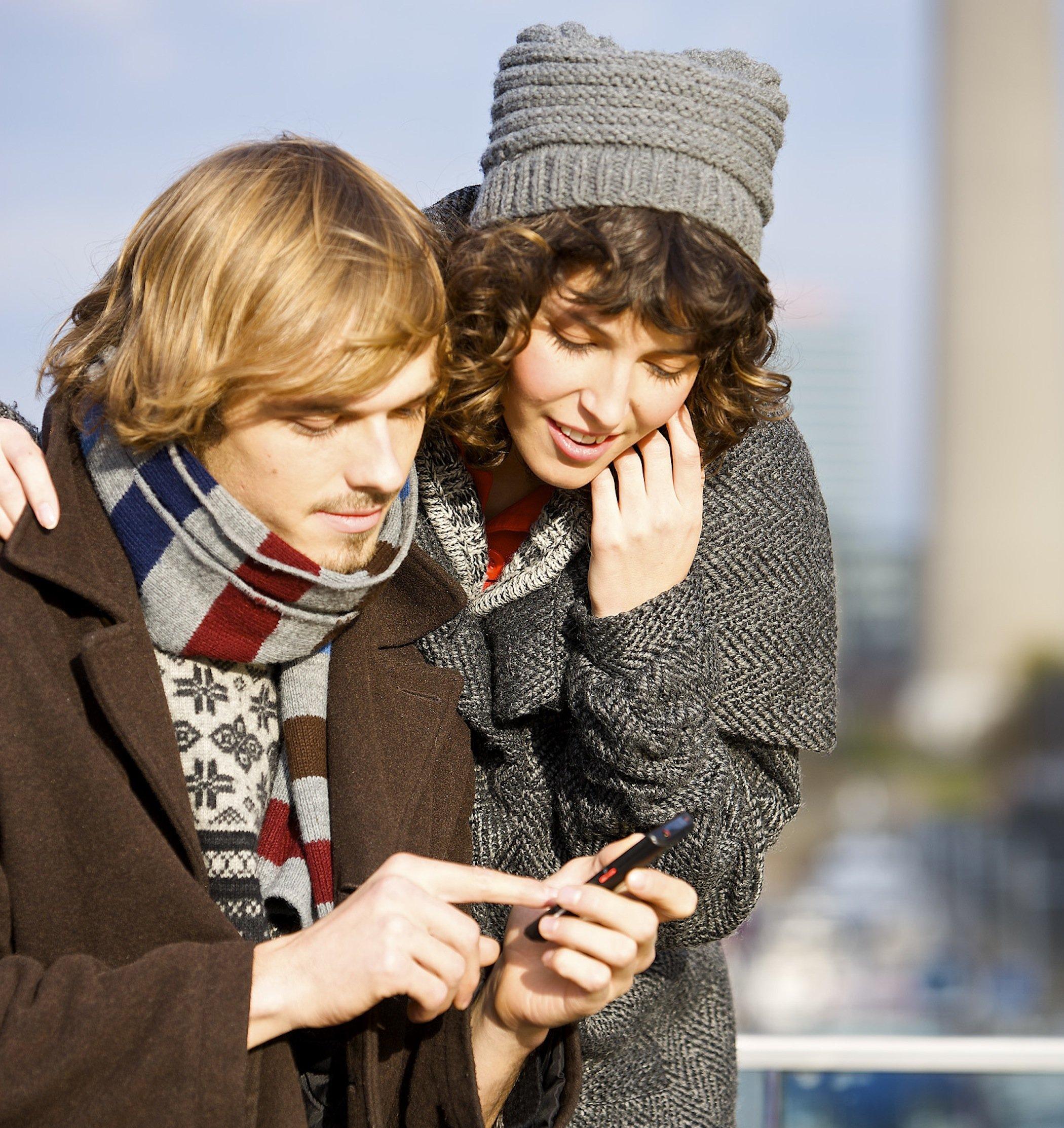 Junge Leute nutzen schnelles Internet unterwegs: Das KIT würde am liebsten ein 90-MHz-Intervall auf UHF-Bändern für das mobile Internet reservieren. Neben der mobilen Kommunikation könnten auch Anwendungen wie die Veranstaltungstechnik davon profitieren. Rettungskräfte könnten die Frequenzen im Katastrophenfall nutzen.