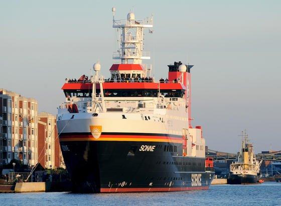 Das neue Tiefseeforschungsschiff Sonne im Heimathafen Wilhelmshaven: Das 116 Meter lange Forschungsschiff ist nach den Worten von Werft-Chef Bernhard Meyer dasintelligenteste Schiff, das die Meyer Werft je gebaut hat. Das Schiff kostete 124,4 Millionen Euro und wird vorrangig im Indischen und Pazifischen Ozean eingesetzt..