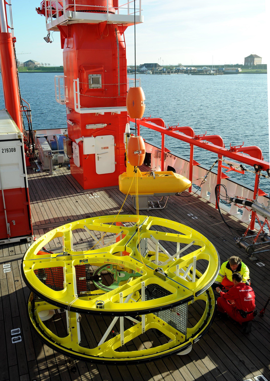 Das Forschungsschiffe Sonne ist voller Hightech-Geräte: Im Bild zu sehen ist Golden Eye. Das ist ein riesiger, gelber magnetischer Detektor zur Suche nach wertvollen Rohstoffen in der Tiefsee. Außerdem verfügt das Schiff überein ferngesteuertes Unterwasserfahrzeug, einen Multicorer und einen Wasserschopfkranz.