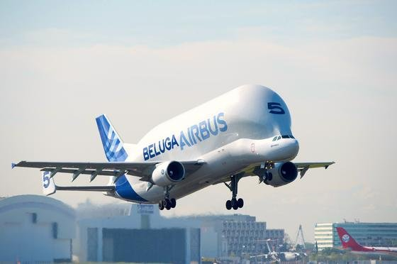 Der Laderaum des Belugas ist 37,7 Meter lang und kann 47 Tonnen Nutzlast aufnehmen. Somit lassen sich ganze Rumpfteile oder Flügelpaare transportieren.