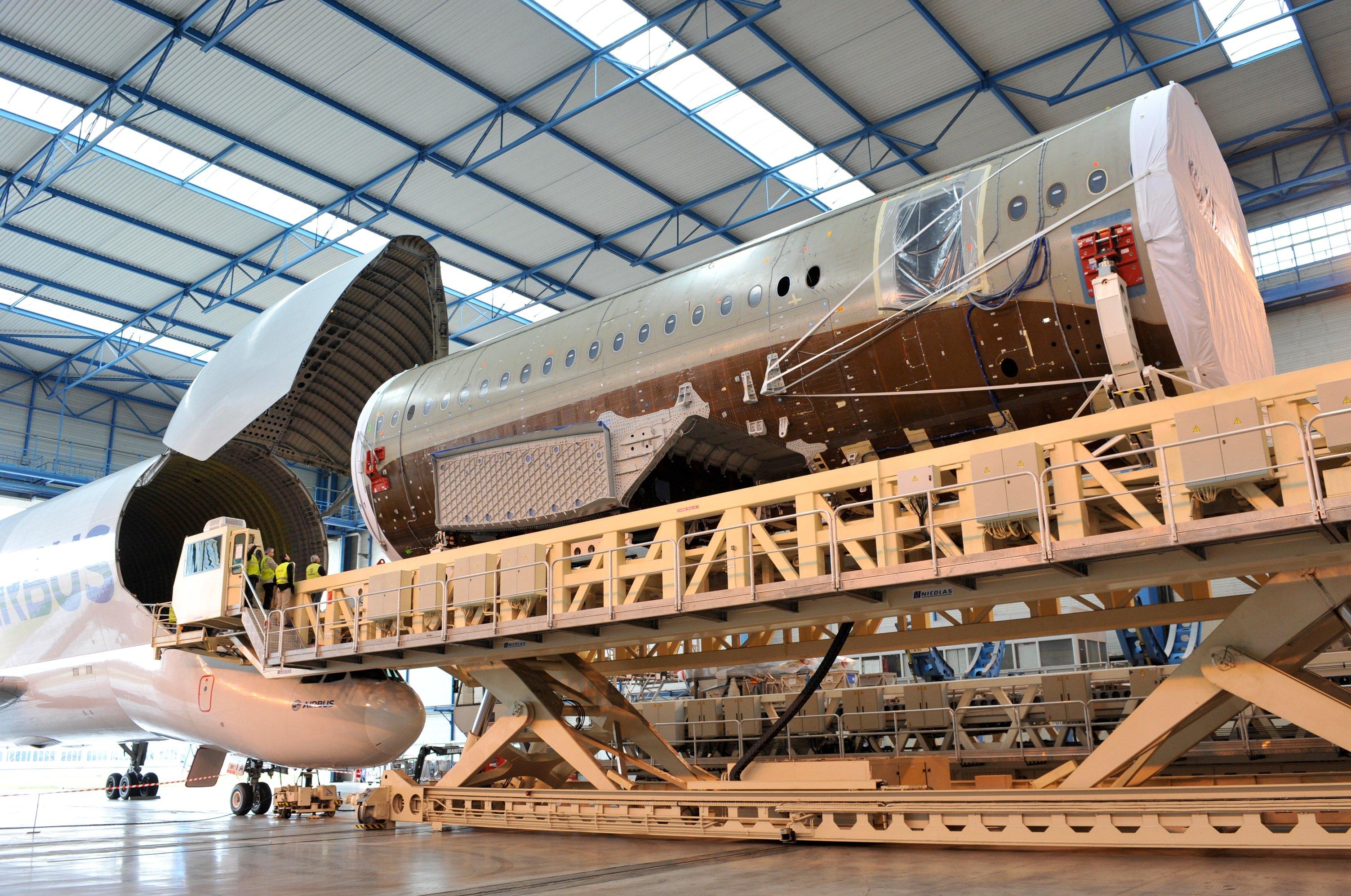 Entladung eines Airbus Beluga im Stammwerk in Toulouse: Fünf Belugas transportieren derzeit große Bauteile zwischen den Airbus-Werken. Jetzt hat Airbus entschieden,fünf neuen Belugas zu bauen, die ab 2019 zum Einsatz kommen. 2025 geht dann die alte Flotte in Rente, die seit 1994 im Dienst ist.