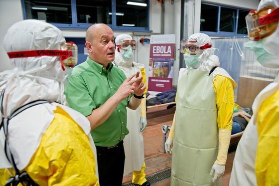 Ebola-Übung im Ebola-Ausbildungszentrum in Würzburg: Jetzt haben Forscher aus den USA zum ersten Mal Schwachstellen des Virus beobachten können, an denen Medikamente ansetzen können.