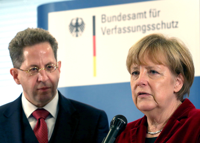 Bundeskanzlerin Angela Merkel besuchte Ende Oktober in Köln das Bundesamt für Verfassungsschutz. DessenPräsident, Hans-Georg Maaßen, berichtete jetzt von 3000 Cyber-Angriffen täglich auf die Bundesregierung. Etwa fünfpro Tag kämen von Geheimdiensten, etwa aus China oder Russland.