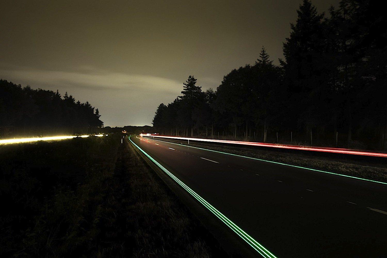 Der niederländische Designer Daan Roosegaarde hat gemeinsam mit einem Baukonzern Dynamic Paint entwickelt – eine Spezialbeschichtung, die Sonnenenergie sammelt und nachts leuchtet. Sie ist geeignet für Warnhinweise auf Straßen.