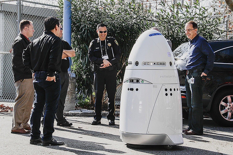 Bemerkt K5 etwas Verdächtiges in der Umgebung, alarmiert er seine menschlichen Kollegen. Sie können vor Ort eilen oder über den integrierten Lautsprecher des Roboters sprechen.
