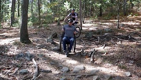 Der geländetaugliche GRIT Freedom Chair hält, was er Behinderten verspricht: Sie können ihren Weg frei wählen, eine Fahrt ins Blaue wagen, ohne Angst vor Hindernissen haben zu müssen.