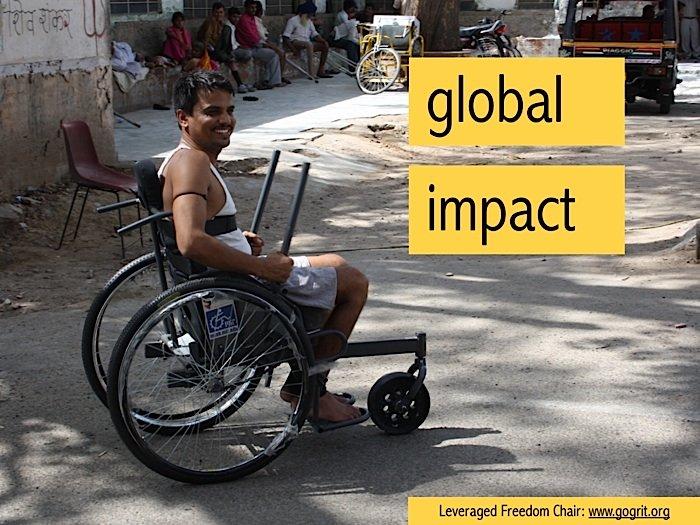Der geländetaugliche Rollstuhl fällt vor allem durch sein drittes Rad vorne auf. Es ist aus Vollgummi, gilt als unzerstörbar und kann Hindernisse leichter überwinden als ein luftgefülltes.