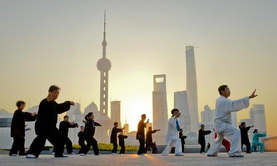 Eine Gruppe chinesischer Frühsportler vor der Skyline von Shanghai hält Geist und Seele fit: Nicht mit Sport oder Yoga, sondern mit einemSmartphone-ähnlichen Gerät will die US-Firma Thync für gute Laune sorgen. Das Gerät soll dazu elektrische Impulse zur Stimulation der Kopfhaut abgeben. Das soll den Nutzer beruhigen oder seine Laune heben, je nach Wunsch. Bilder von dem Gerät gibt es noch nicht.
