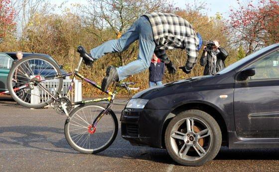 Nach einer Studie derTechnischen Universität Chemnitzim Auftrag derUnfallforschung der Versicherer ist das Unfallrisiko für Radfahrer mit und ohne Hilfsmotor gleich hoch. Allerdings müssen Pedelec-Fahrer bei höheren Geschwindigkeiten mit schwereren Verletzungen rechnen.