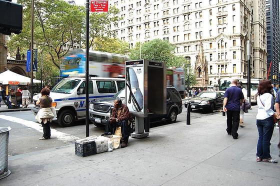 Eine alte Telefonzelle am New Yorker Broadway Ecke Wall Street: Nach der Umwandlung in einen Hot Spot sollen an jeder Ex-Telefonzelle 250 Menschen gleichzeitig ins Internet gehen können.