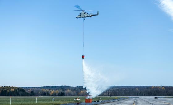 K-Max im Testeinsatz: Sobald die Drohne den Brand lokalisiert hat, eilt der unbemannte Hubschrauber zu Hilfe und wirft gezielt das Wasser ab. Dann fliegt er selbstständig zum Auftanken.