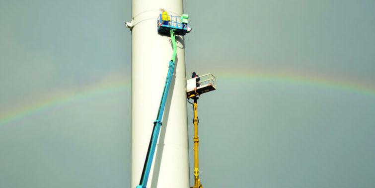 Montage der Radaranlagen zur Überwachung des Luftraums an einem Windrad in Ockholm und Langenhorn in Nordfriesland.