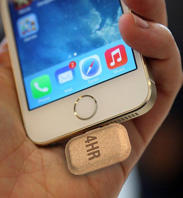 Bis zu sechs Stunden liefern die ansteckbaren Batterien Strom für ein Smartphone für leeren Akku.