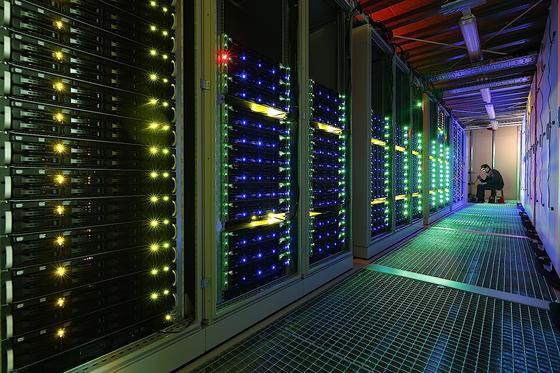 Der Supercomputer L-CSC aus Darmstadt rechnet rund 3000 Mal schneller als ein Büro-PC. Er schafft 316,7 Billionen Rechnenoperationen pro Sekunde – Platz 168 der Weltrangliste. Ungeschlagen ist er in puncto Energieeffizienz.