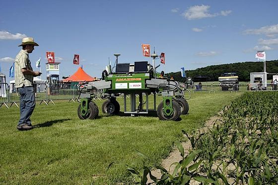 Die deutschen BoniBots sollen auf Feldern zukünftig unter anderem Dünger ausbringen und Unkraut bekämpfen.