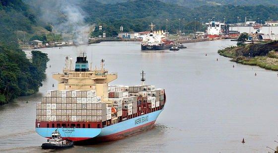 Ein Containerschiff passiert den Panamakanal bei den Pedro Miguel-Schleusen in Panama-Stadt: Am 22. Dezember 2014 beginnt der Bau des Nicaraguakanals, über den künftig auch Containerschiffe derPost-Panamax-Klasse zwischen Atlantik und Pazifik pendeln können.