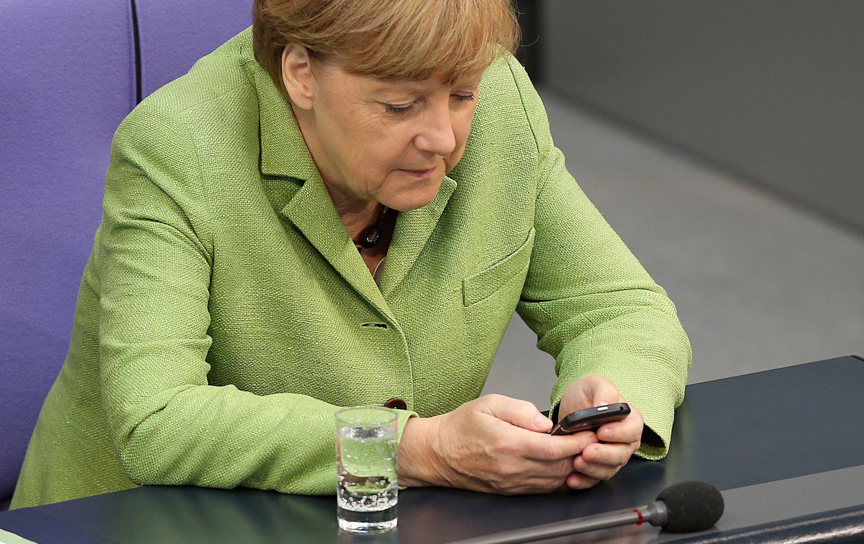 Auch Bundeskanzlerin Angela Merkel nimmt bei der Benutzung ihres Smartphones eine ungesunde Haltung ein.