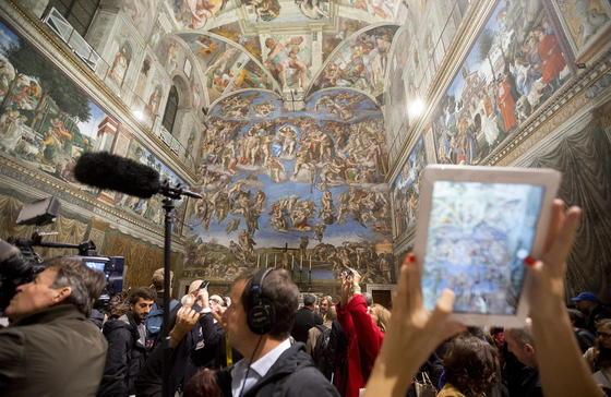 Journalistenandrang in der Sixtinischen Kapelle in Rom: Erstmals rekonstruieren 7000 LEDs, die der deutsche Leuchtenhersteller Osram installiert hat, die hellen Lichtverhältnisse zur Zeit Michelangelos. Bislang war die Sixtinische Kapelle duster, um die Werke vor schädlichen UV-Strahlen zu schützen.