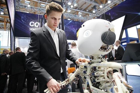 Auf 115.000 Quadratmetern zeigen Aussteller aus aller Welt ihre Automatisierungslösungen. Großer Rahmen ist Industrie 4.0, die Einbindung der Produktionsanlagen ins Internet der Dinge.