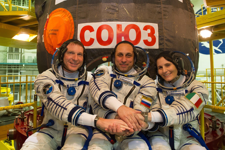 Die neuen Astronauten für die ISS vor dem Flug, vor der Sojus-Kapsel (v.l.): der Amerikaner Terry Virts, der Russe Anton Schkaplerow und die ItalienerinSamantha Cristoforetti.