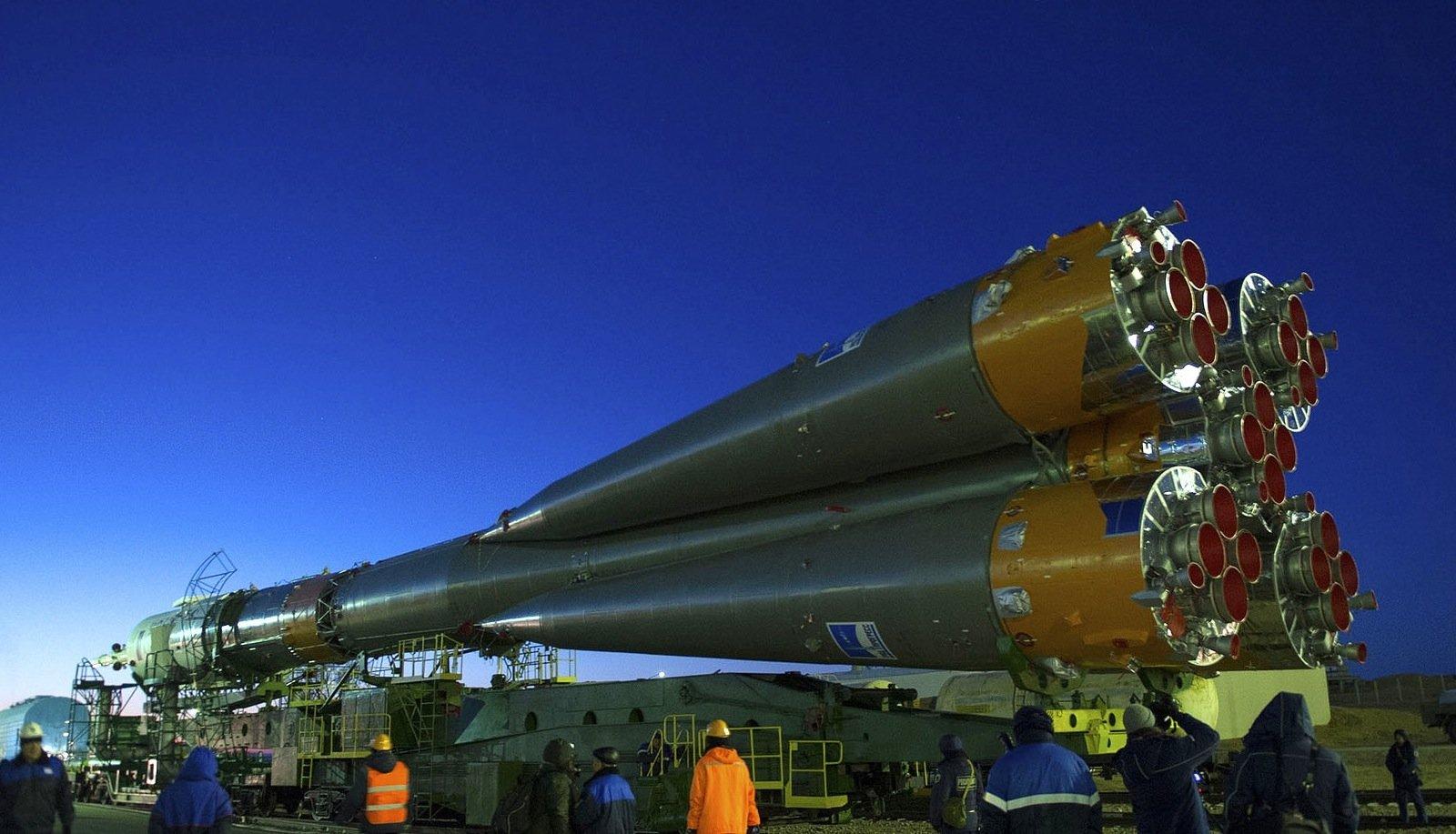 Die Trägerrakete mit der Sojuskapsel rollt zur Abschussrampe auf dem Weltraumbahnhof Baikonur.