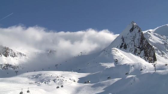 In Obergurgl ist die Skisaison eröffnet. Diesmal dient das Gebiet in Österreich auch als Freiluftlabor. Wissenschaftler wollen hier Pulverschnee in einer künstlichen Wolke erzeugen.