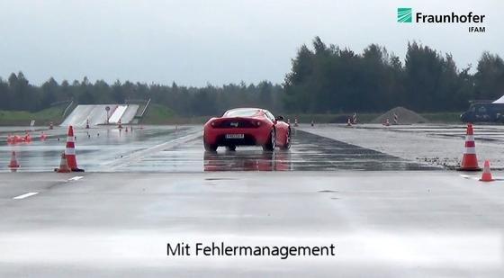 Fahrtests auf dem ATP-Prüfgelände in Papenburg hat das System zur Antriebsüberwachung bereits bestanden: Mit dem Korrektursystem blieb der Testwagen trotz plötzlicher Fehler der Radnabenmotoren in der Spur.