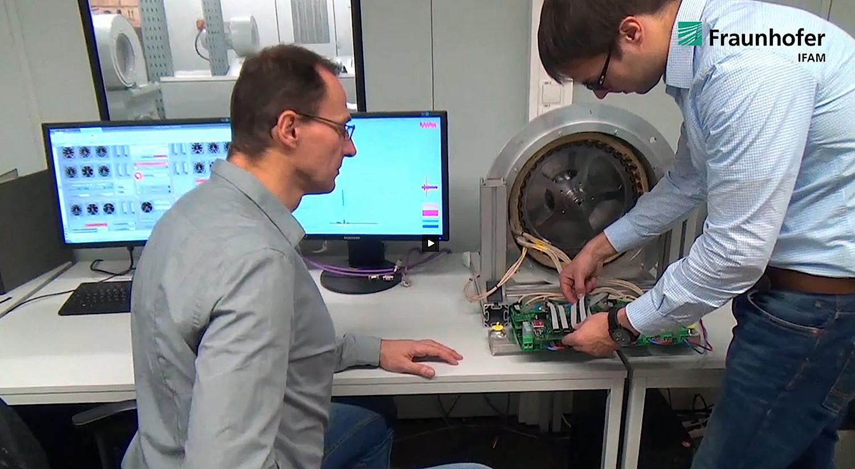 Das Hard- und Softwaresystem der Fraunhofer Forscher erkennt Fehler im Antrieb in Sekundenbruchteilen und kompensiert sie.