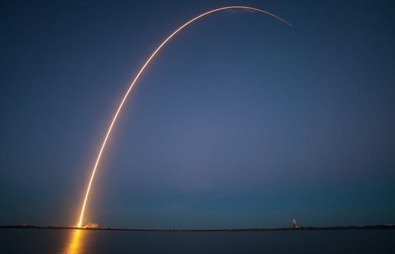 Langzeitbelichtung einer startenden Falcon-9. Bislang verglüht die Trägerrakete beim Wiedereintritt in der Erdatmosphäre. Im Dezember soll sie auf einer schwimmenden Plattform landen.
