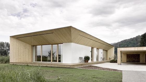 Das vom östereichischen Architekt Georg Bechter geplanteeingeschossige Strohballenhaus besitzt 1,20 Meter dicke Wände.