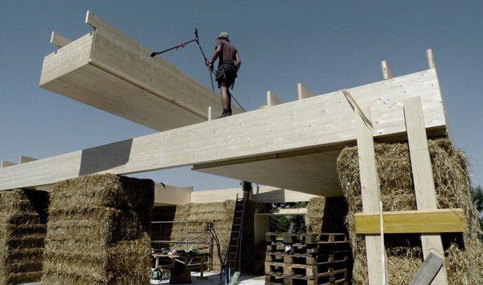 Das Dach besteht aus Holz, wird aber ebenfalls mit Stroh gedämmt.