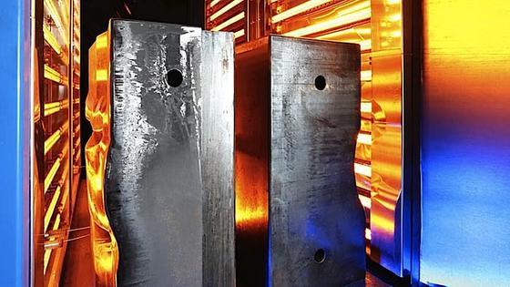 Infrarotmodule wärmen die Bauteilformen in der Wärmestraße auf 200 Grad Celsius vor. Das dauert nur 90 Minuten, nicht wie bislang rund zehn Stunden. Für Flugzeugbauer bedeutet das Energieersparnis.