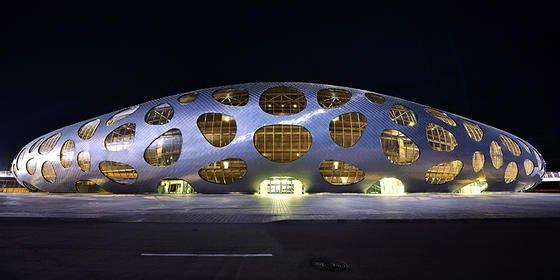 Das ist ein Fußballstadion: Unterschiedlich geformte Öffnungen in der Aluminiumhaut gewähren Einblicke in das Innere der neuen Fußball-Arena im weißrussischen Borisov.