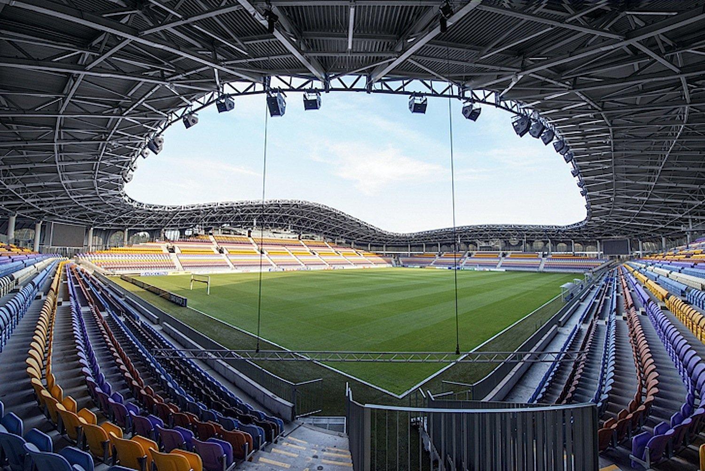 Auf den überdachten Tribünen der Baryssau-Arena finden 13.126 Fans einen Sitzplatz auf der bunten Plastikbestuhlung.