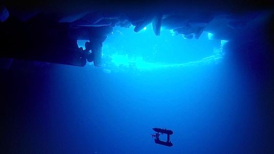 Wie ein Rasenmäher fährt der Tauchroboter in bis zu 30 Metern Tiefe eine Fläche von 400 Mal 400 Meter ab. Die Dicke der Eisdecke liegt zwischen 1,4 und 5,5 Metern.