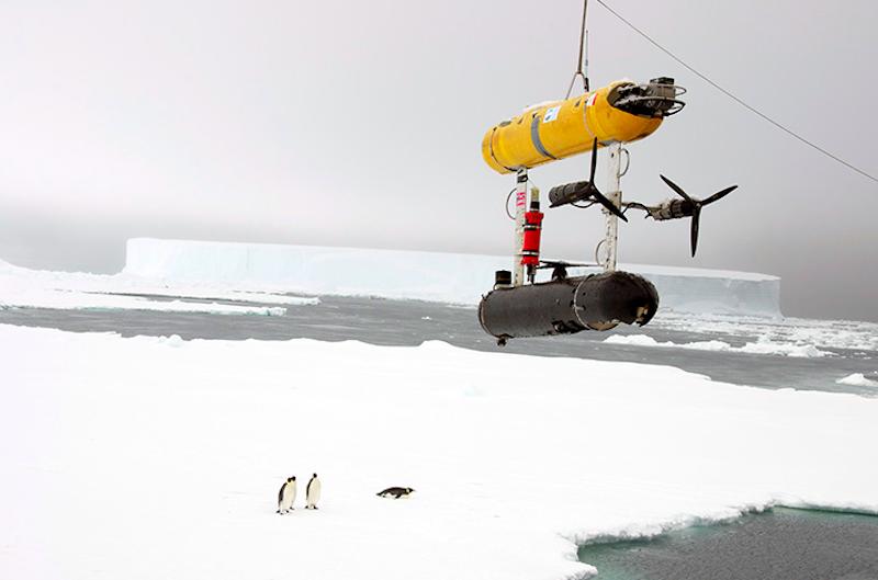 Die Wissenschaftler bereiten den 200 Kilogramm schweren Tauchroboter auf seinen Einsatz vor. Seine wichtigsten Instrumente: ein Fächersonar und ein Kamerasystem.