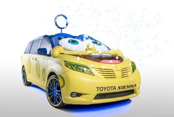 Nicht ganz ernst zu nehmen: Die SpongeBob-Edition des Toyota Multivan sieht verrückt aus, will aber eigentlich gar nicht fahren, sondern vor allem spielen und Werbung machen – für den neuen SpongeBop-Film.