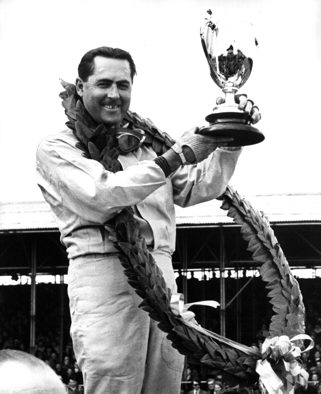 Jack Brabhamam 2. Mai 1964 nach seinem Sieg in Silverstone.